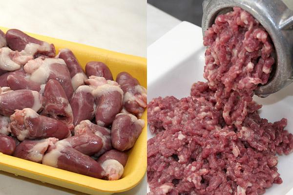 Куриные сердечки промыть и перекрутить на мясорубке.