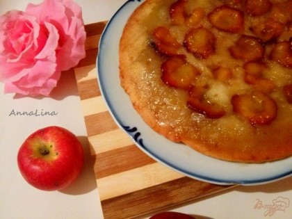 Готово! Достаньте горячий пирог с духовки накройте тарелкой и переверните его.
