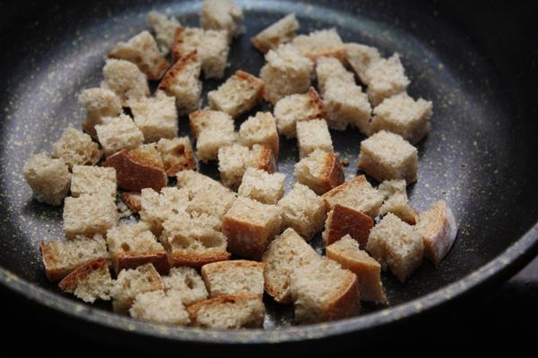 К супу отлично подходят гренки из белого или <a href=