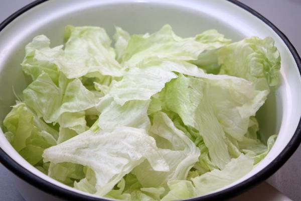 Листья салата вымыть холодной водой, хорошенько просушить и порвать на кусочки небольшого размера.
