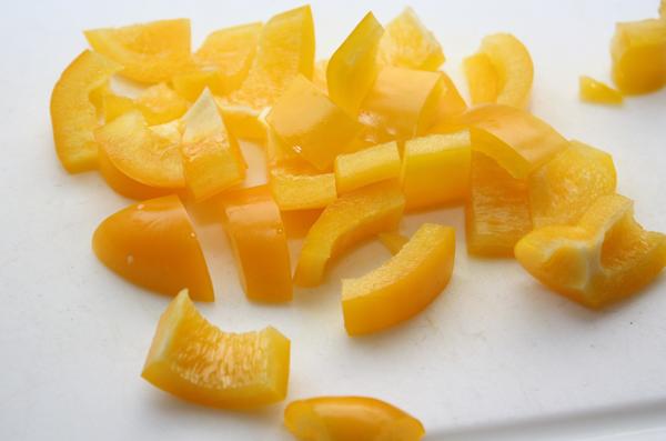 Сладкий перец (в принципе, можно использовать тот цвет, который вам больше нравится) нарезаем кусочками как куриное филе.