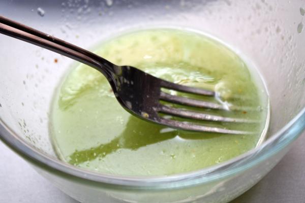 Смешиваем ингредиенты заправки и слегка взбиваем, чтобы получился однородный соус. Для более сладкой заправки можно вместо части лимонного сока добавить пару столовых ложек жидкости от ананасов.