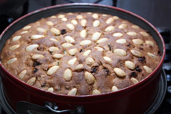 Печь в не слишком горячей духовке (160 градусов) около 1-1,5 часа. Готовность проверяется обычной деревянной зубочисткой.