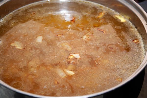 Положить мясо в кастрюлю с кипящей водой (1,5-2 литра) и варить около получаса.