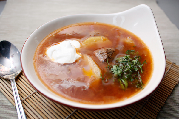Подавать со сметаной и зеленью. Кстати, суп будет еще вкуснее, если дать ему настояться несколько часов.