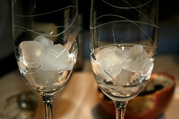 В бокалы положить лед.