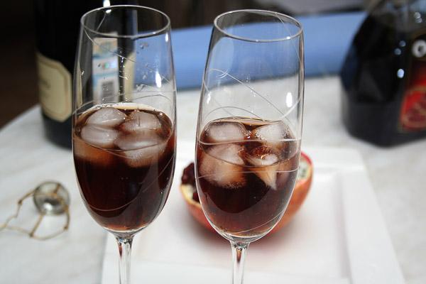 Налить 1/3 бокала гранатового сока.