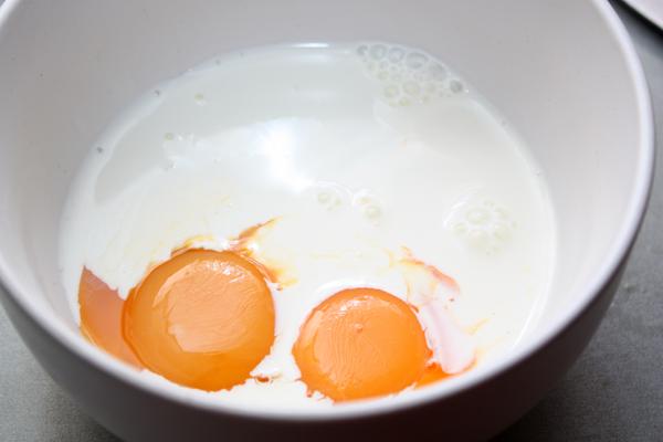 В миске смешайте яичные желтки со сливками.
