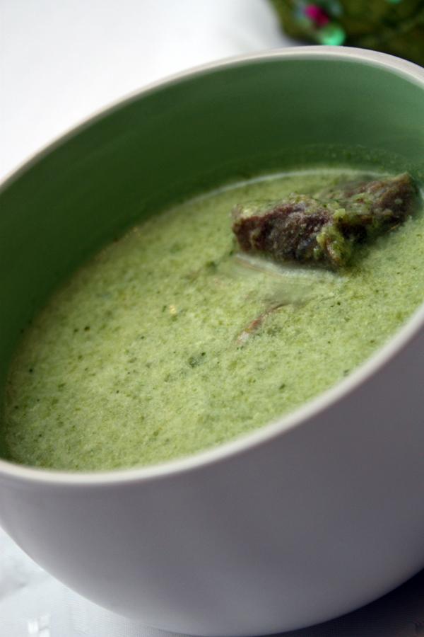 При подаче в каждую тарелку положите по кусочку мяса, можно добавить еще сливок и зелени.
