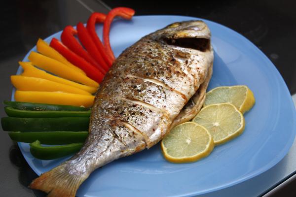Запекать 25 минут на решетке при температуре 200 градусов.  Мне очень нравится эта рыбка, сбрызнутая лимонным соком, в сочетании со свежими овощами.