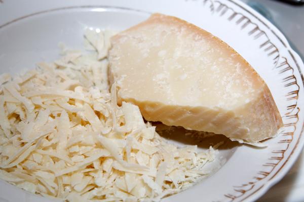 В конце приготовления посыпать запеканку тертым пармезаном и поставит в духовку еще на 10 минут, чтобы сыр подрумянился.