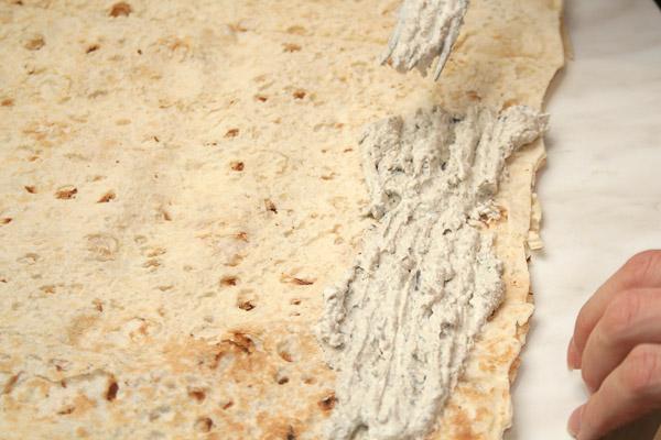Намазать лаваш ровным слоем 0,5 см. Длинной 15 см по лавашу.