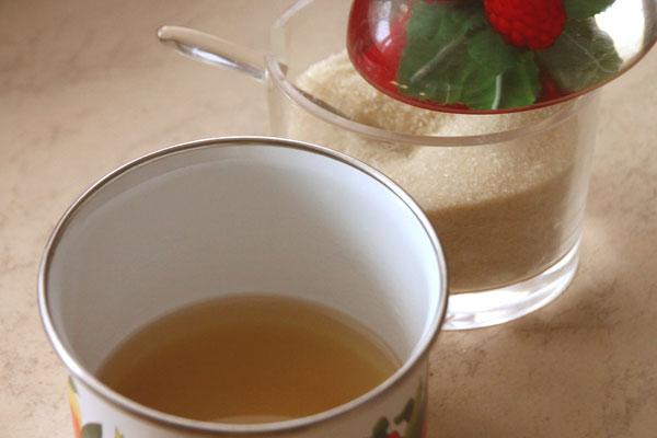 В небольшую мисочку всыпьте две столовые ложки сахара и залейте 0.3 стакана воды. Поставьте на небольшой огонь и варите сироп пока сахар полностью не растворится. Теперь сироп нужно охладить, для этого мисочку можно поставить в кастрюлю с холодной водой.