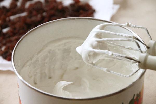Белки взбейте с щепоткой соли до белой устойчивой пены, затем постепенно всыпьте туда сахар и продолжайте взбивать до полного растворения сахара ещё минут 5.