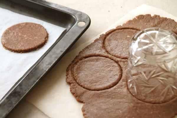 Разделите тесто на четыре части. Раскатывайте их поочереди на посыпанном мукой столе или листе пергаментной бумаги. Толщина теста 4-5 мм. Круглой формочкой или стаканом вырежьте круги примерно 6 см в диаметре.