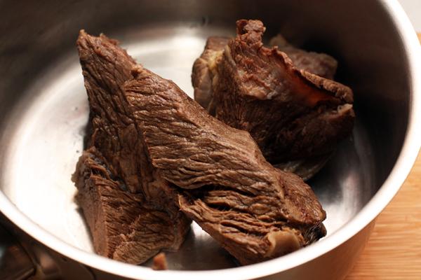 Мясо нужно варить в течение 1,5-2 часов. Положить мясо в холодную воду, довести до кипения на большом огне, снять пену и затем варить на маленьком огне при минимальном кипении. Не забудьте посолить и добавить ароматные коренья при варке, чтобы получить хороший бульон.