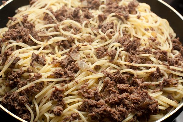Смешать макароны с мясом, хорошо прогреть и подавать горячими.  Приятного аппетита!