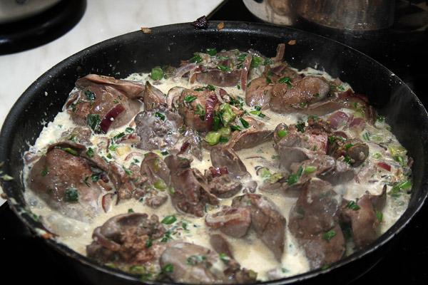 Обжарить еще 2 минуты, добавить сливки и тушить еще 8−10 минут. Посолить и поперчить по вкусу.