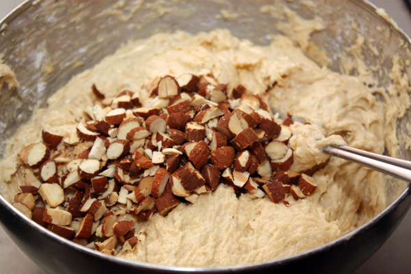 Туда же кладем нарезанный миндаль. Кстати, можно взять и фундук, и грецкие орехи.