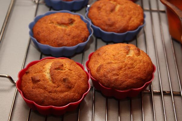 Печь кексы нужно при 180 градусах 40-45 минут.