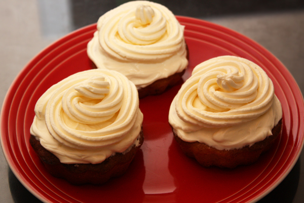 Остывшие кексы украшаем кремом.