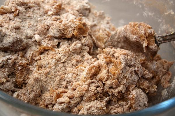 Добавьте к муке медовую смесь и замесите тесто.