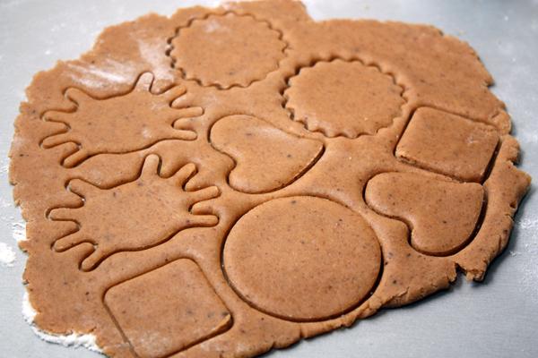 Раскатайте тесто слоем около 0,5 см и вырежьте любые фигурки с помощью формочек для печенья.