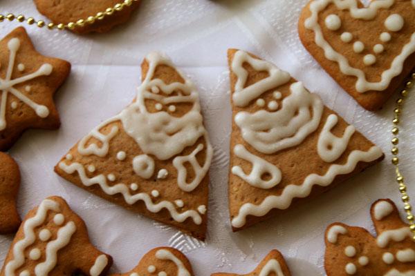 Между прочим, если нет подходящих формочек для печенья, можно сделать замечательных Дедов морозов. Для этого вырезайте из теста обычные треугольники, а перед выпеканием верхний уголок-шапочку можно залихватски отогнуть.  <br><br>  Такие пряники будут замечательным ароматным украшением новогоднего стола.