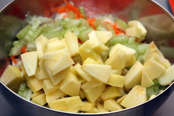 Все овощи сложить в миску.