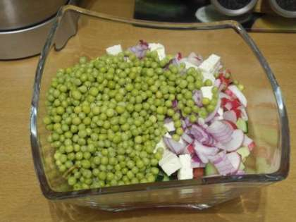 Добавить в салатницу редис и зеленый горошек