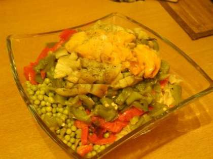 Перцы, баклажаны и грибьы добавить в салатницу