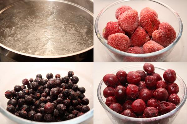 2-2,5 литра воды доводим до кипения и в кипящую воду кладем замороженные ягоды.