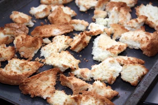 Если совсем нет терпения, можно наломать бисквит на кусочки и подсушить в духовке.  Сухой бисквит легко крошится, его можно измельчить в блендере, мясорубке или просто положить в полиэтиленовый пакет и размять скалкой.