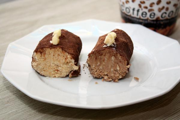 Ну а для тех, кому привычнее шоколадное пирожное, я к части бисквитной массы добавила пару чайных ложек какао. Так получились разные