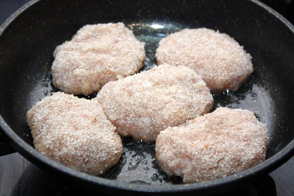Готовый мягкий фарш берем столовой ложкой, обваливаем в панировочных сухарях, придав ему овальную форму, и кладем на разогретую сковороду с растительным маслом.