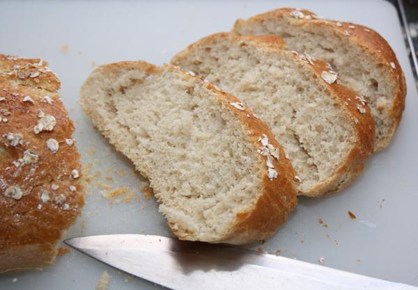 Из указанных в рецепте ингредиентов получаются 2 довольно больших батона. Если вам столько не нужно, отложите половину теста в полиэтиленовый пакет после второго подъема и заморозьте. В следующий раз хлеб будет готов намного быстрее.