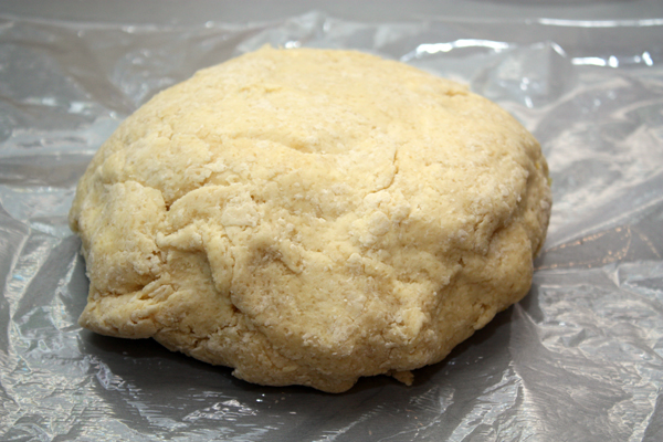 Быстро-быстро замесить тесто (вернее просто собрать его в шар) и убрать в холодильник на 30-40 минут, завернув в пищевую пленку.