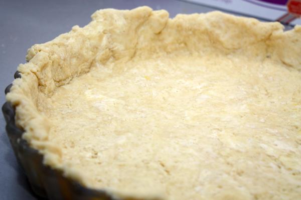 Холодное тесто раскатываем слоем около 0,5 см так, чтобы получился большой блин (больше размера формы для выпечки) и выстилаем им форму для выпечки.  Форму с тестом можно еще разок поставить в холодильник минут на 20.
