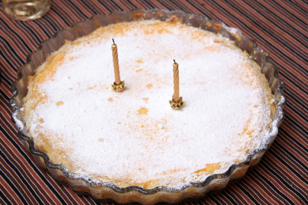 Готовый пирог обязательно нужно охладить, затем посыпать сверху сахарной пудрой.