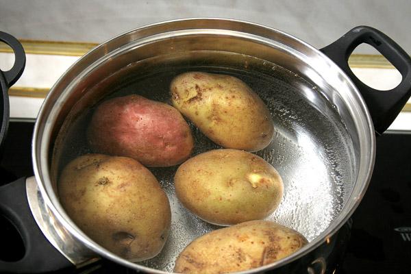 Отварить яйца в крутую. Так же отварить картофель в мундире, в подсоленной воде. Для рецепта достаточно всего 2 средних картофелин.