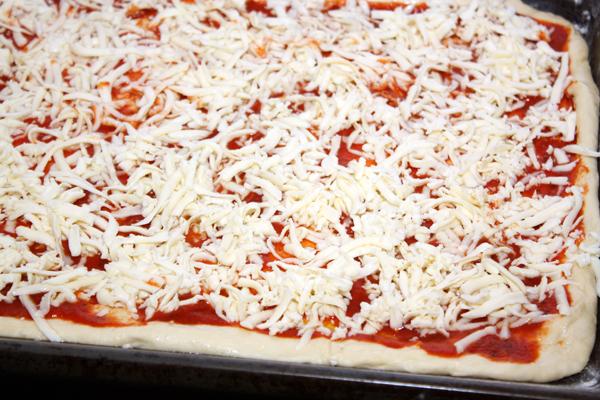 На соус выложить тертый сыр.