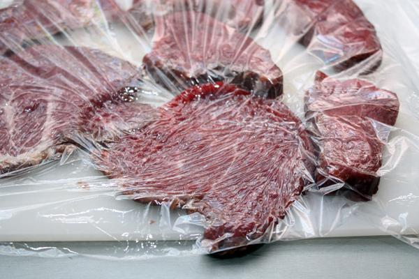 Мясо нужно нарезать широкими ломтиками поперек волокон толщиной 1-1,5 см и очень хорошо отбить, чтобы получились тонкие плоские кусочки.