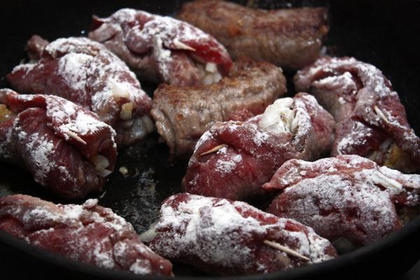 Рулетики обвалять в муке и положить в разогретую сковороду с растительным маслом.