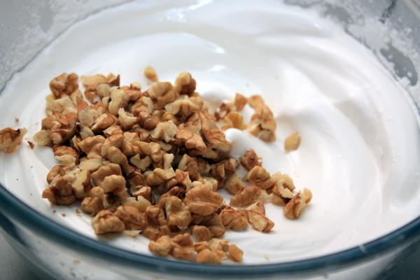 Орехи нужно некрупно нарезать, добавить во взбитую массу и перемешать.