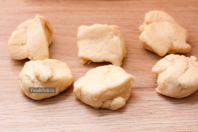 Холодное тесто раскатываем слоем примерно в полсантиметра и вырезаем кружочки по размеру будущих ватрушек.