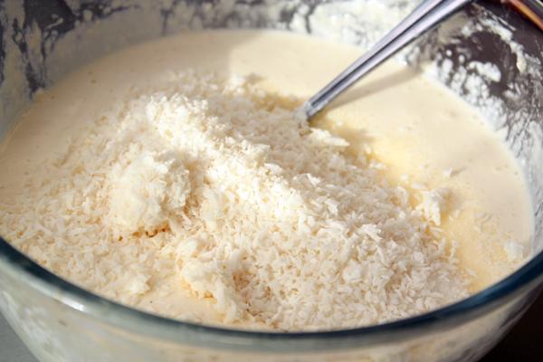 К тесту добавляем кокосовую стружку. Она тоже придает структурность и хорошо сочетается с кукурузной мукой, хотя можно и без нее обойтись при желании.