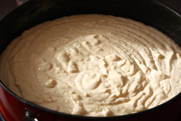 Форму (лучше разъемную) смазываем сливочным маслом и выкладываем в нее тесто.