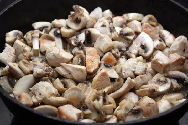 Примерно через 1-2 минуты добавляем грибы.  Готовим на довольно большом огне, помешивая, еще минут 5.