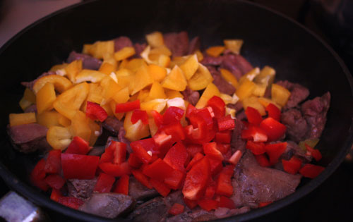 На хорошо разогретой сковороде обжариваем печень до того момента, как она станет коричневой. К печени надо добавить нарезанный кубиками перец.