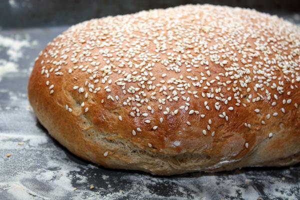 Поставить в разогретую духовку и выпекать 25-30 минут при температуре 180-190 градусов.  После приготовления нужно дать хлебу полежать минут 30-40, и только потом есть.